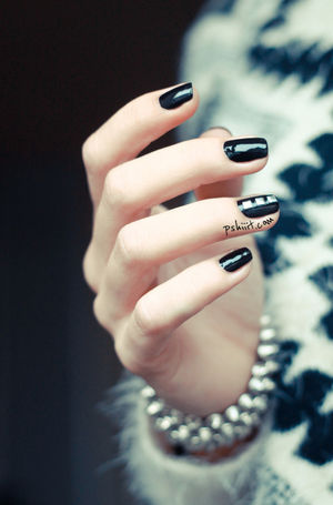 Hellebore by Cirque & Studs Nails | PSHIIIT (46797)