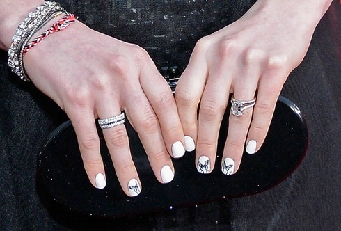 http://img.ellegirl.jp/article/celebs-party-nail50_1113/annehathaway-getty-images-2/ (51379)