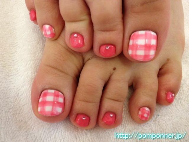明るいピンク色のギンガムチェックフットネイル 2012-8|名古屋市緑区 ネイルサロン ポンポネ 天白区 (103150)
