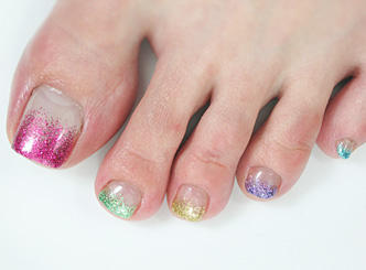 nail salon Biene|ネイルデザイン・ネイルカタログ:夏ネイル・フット5色ラメグラデーション/レッツビューティ (103670)