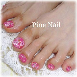 @nailsalon.pinenail - ビビッドピンクにほんわり柔らかい垂らし込みローズフラワーアートを合わせて大人可愛いフットネイル... - Pikore (290071)