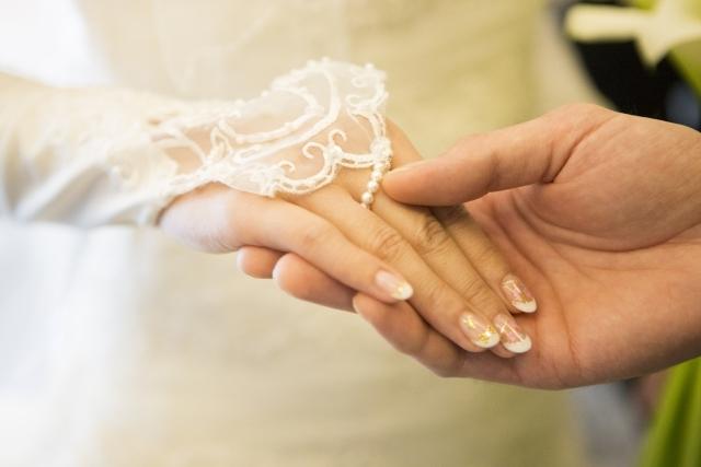 ネイルも指輪もばっちり見せる!結婚式のフィンガーレスグローブ