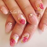 指先に花をしきつめて♡女性らしい「手描き花ネイル」の上手な描き方