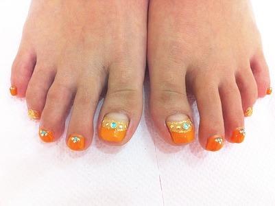 オレンジ逆フレンチフットネイル ネイルギャラリー 川崎・柏のネイルサロン『ドレスアップ』│船上ネイルサロン『ガーネット』が運営するネイルサロンです (102041)