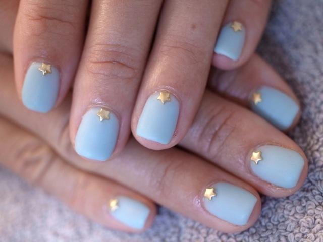 ☆グレイッシュな水色+星スタッズ☆|パリのネイルサロン Bijoux nails Paris (125866)