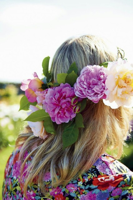 Be sure to wear some flowers in your hair | We Heart It (158118)