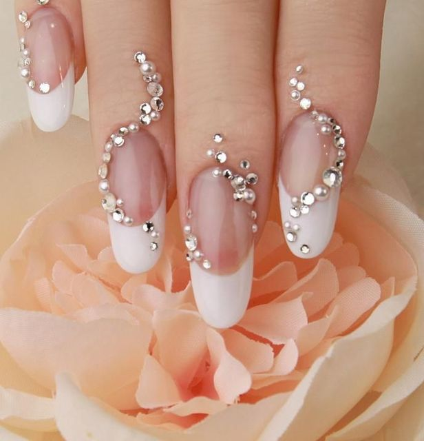 Trailing 3D rhinestones on these classic French nails. NAIL CAFE CHOCOLAT Ginza location in Tokyo http://ameblo.jp/nail-cafe-chocolat/   Pinterest (264406)