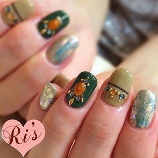 @ris_room311 - ⋆今年はカーキが人気すぎる💚⋆ちょいボヘなストーンアートも人気すぎる💚⋆#nail#... - Pikore (292861)