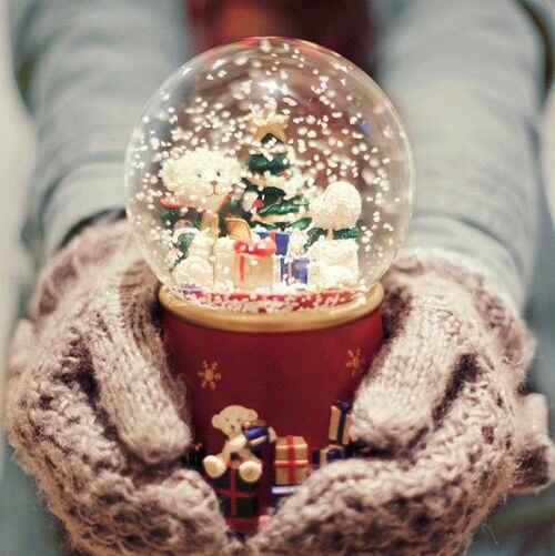 christmas, snowglobe, winter, gloves, snow, cold, xmas, winter, wool, comfy, cozy  by •Anto Torsiglieri• | We Heart It (480507)