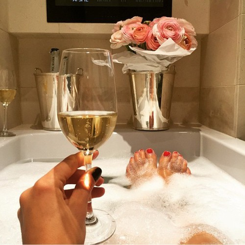 Bath, champagne, Luxury, roses, pink, girl, nails, nail, rich, money, fun | We Heart It | bath, champagne, and luxury (513401)