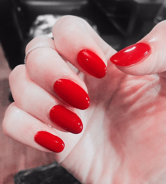 女性らしい赤のワンカラーネイル