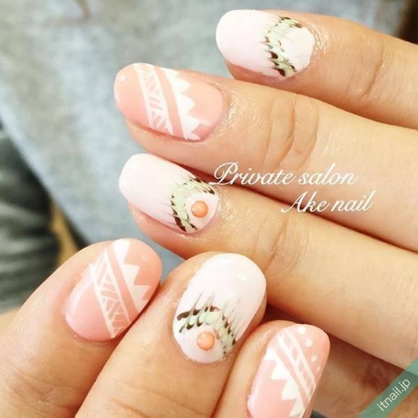 ベビーピンク×白で可愛らしい印象のネイティヴ柄