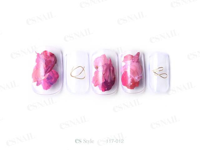 くすみピンクのルージュのような塗りかけネイルに、秋らし...