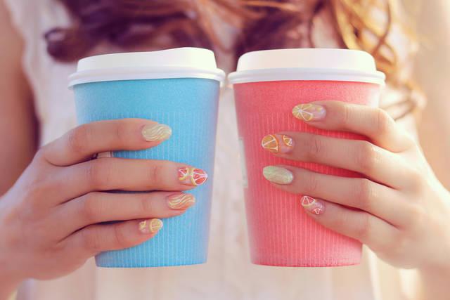 2つのカップで両手を写す