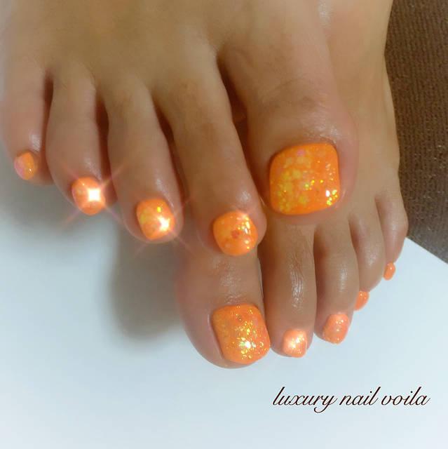 ネオンカラーのオレンジをベースにラメやホログラムでキラ...