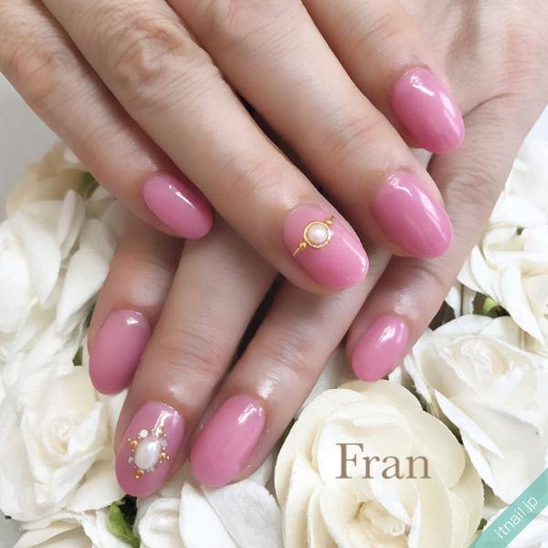 ライトレッドの肌×ピンクネイル