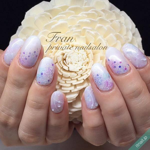 繊細なタッチで描かれた紫陽花ネイル
