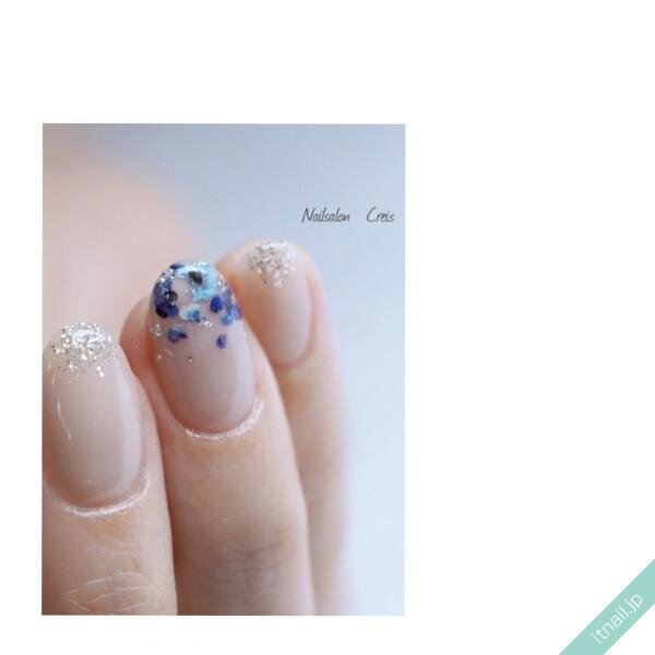 ブルーの押し花ネイル
