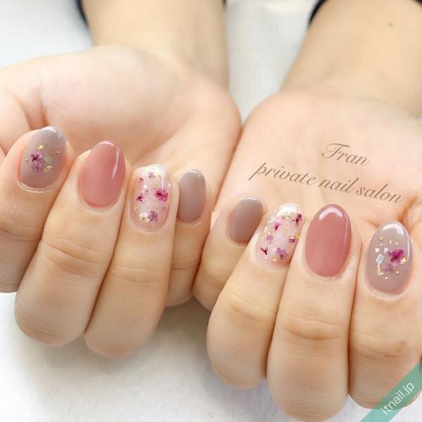 ピンクとグレーと押し花ネイル