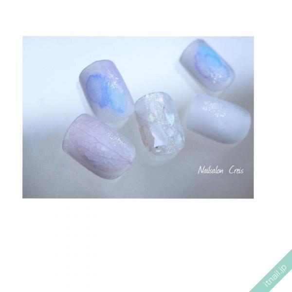 淡いブルーの水彩ネイル