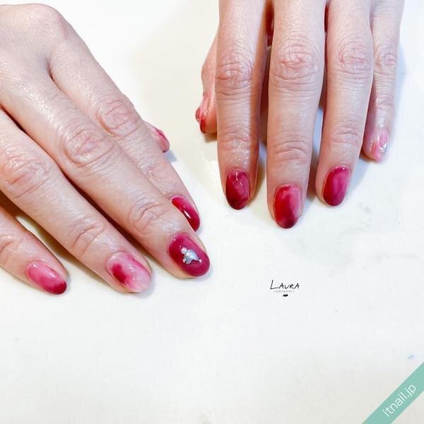 赤みの強いぶどうカラーのニュアンスネイル