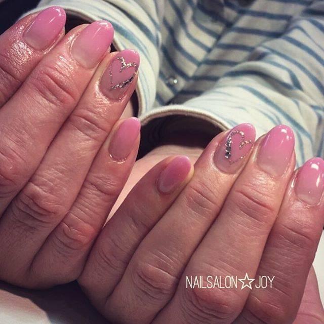 発色の良いピンクグラデにさり気ないハートで大人可愛く♡