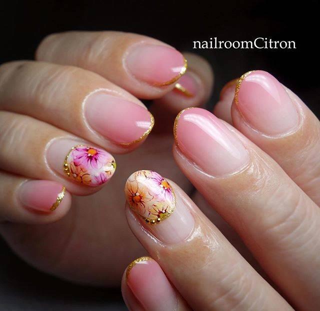 ピンクのグラデーションネイルに合わせるのは、上品な小花...