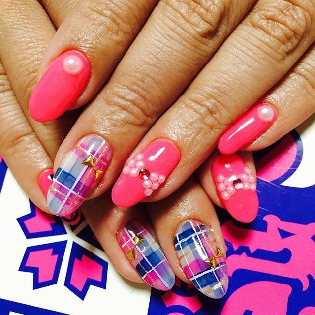 蛍光色のようなピンクカラーに、可愛らしいブルーチェック...