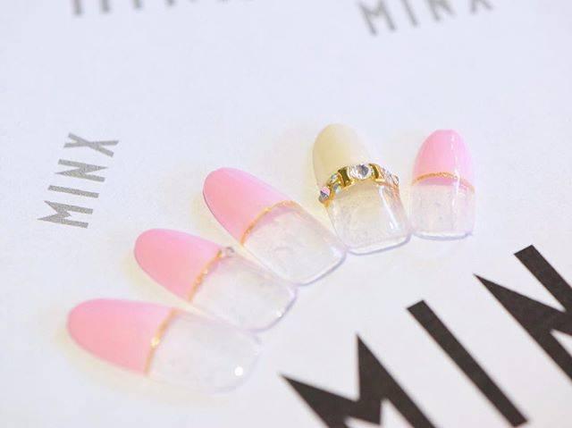 ピンクカラー×ホワイトカラーのフレンチデザイン◎さりげ...