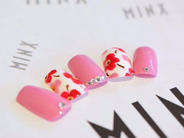 ピンクカラー×レッドカラー×ホワイトカラーのフラワーデ...