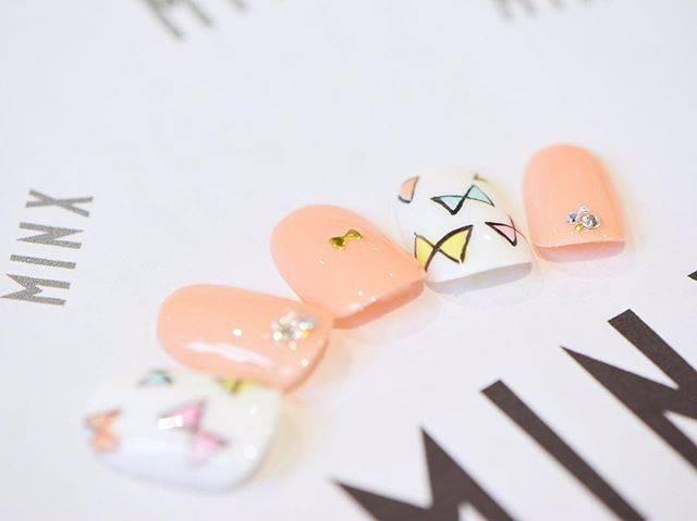 リボンモチーフのポップネイル♡ピンクも、優しい色彩をチ...