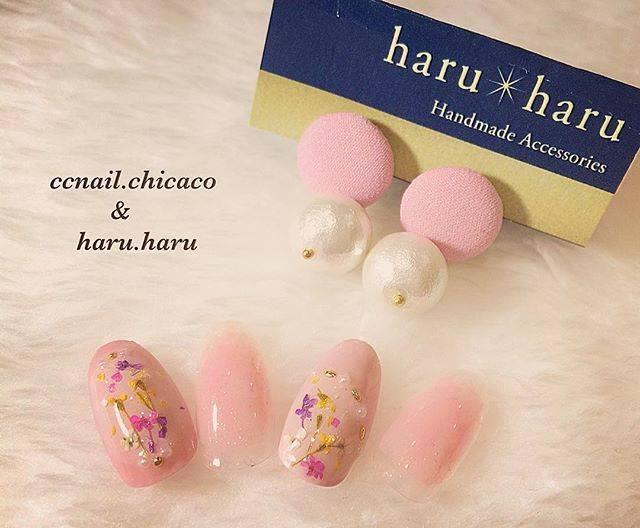 ピンクカラー×押し花ネイル♡たくさんのお花を指先に詰め...