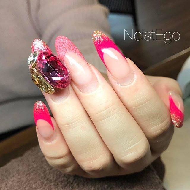 ピンクカラーのフレンチネイル♡イエローカラーのストーン...