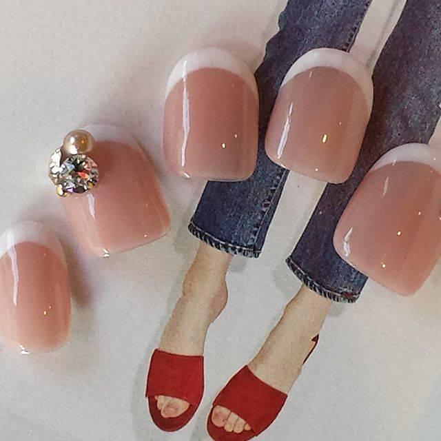 ピンクカラー×ホワイトカラーの王道フレンチネイル♡スト...