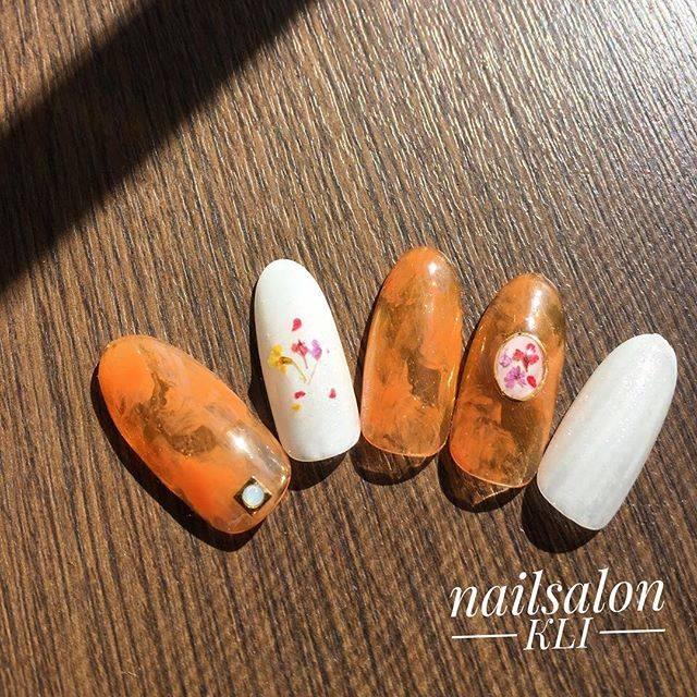 オレンジカラー×クリアネイルの春らしい押し花ネイルが今...