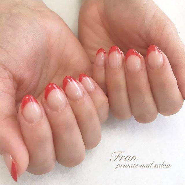 テラコッタ風の赤が爪を健康的に見せてくれるネイルです!...