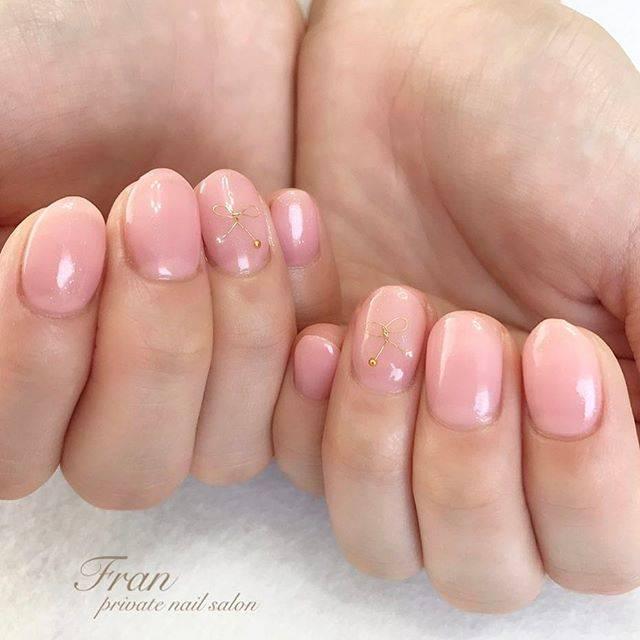 ヌーディーピンクで整えた爪にワイヤーリボンが可愛いネイ...
