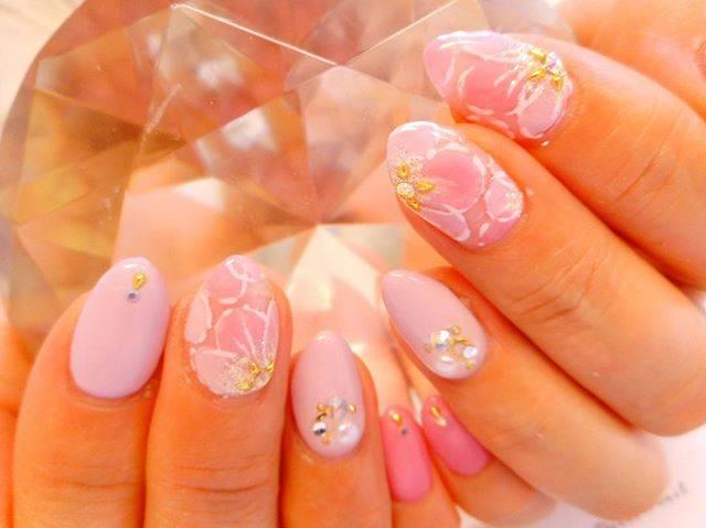 ピンクにパープルの組み合わせが美しいフラワーネイルです...