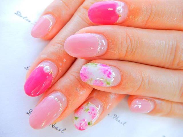 ピンク色がとっても鮮やかでまぶしい印象の丸フレンチネイ...
