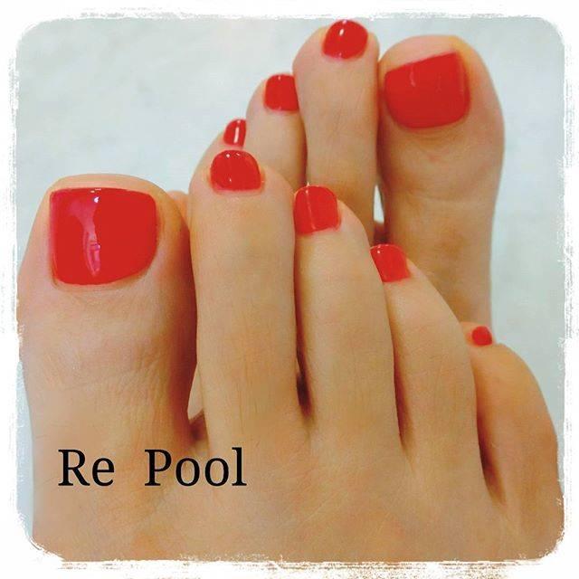 真っ赤なワンカラーネイルは足元も色っぽく見せてくれます...