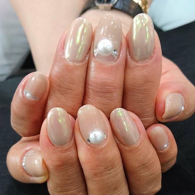 オーロラに輝くベージュカラーが爪に魅惑的な印象を与えて...
