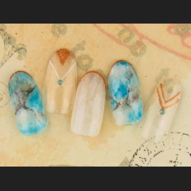 ターコイズブルーがみずみずしい大理石ネイルです!エキゾ...