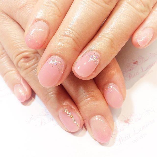 上品なピンク色がキレイなネイルにラメがきらめいています...
