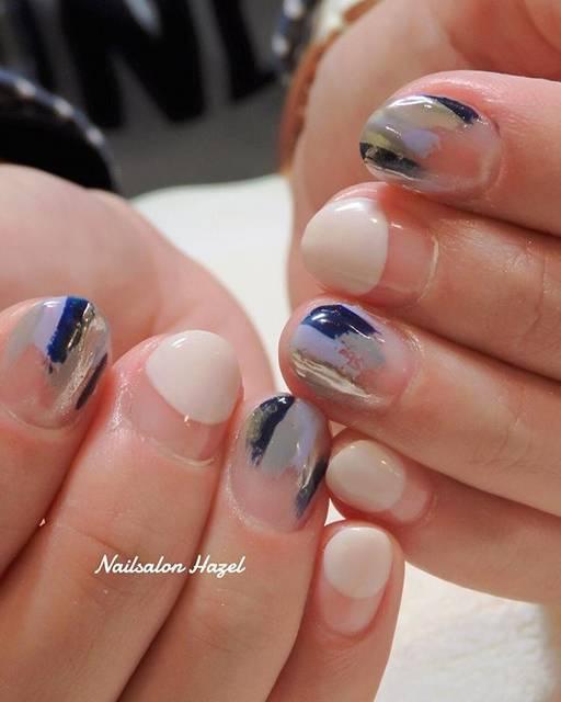 塗りかけのミラーネイルとブルーの組み合わせがGOOD♡...