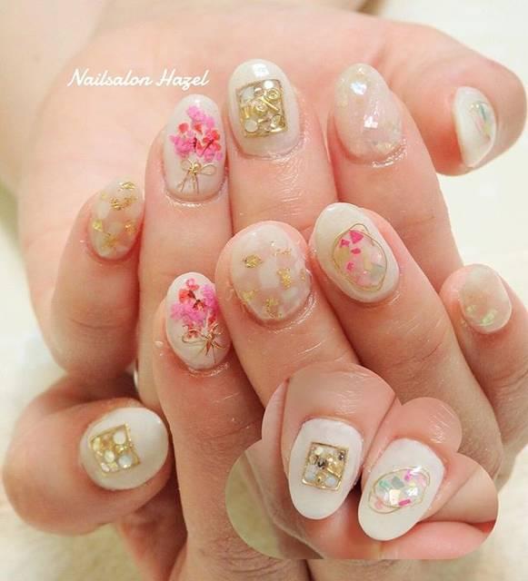 シアーホワイトにピンクの押し花の花束とシェルが可愛らし...