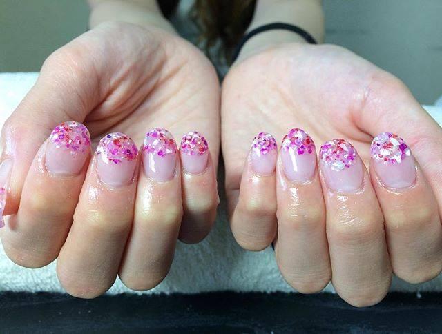 ピンクのクラッシュシェルがキュートな丸フレンチネイルで...
