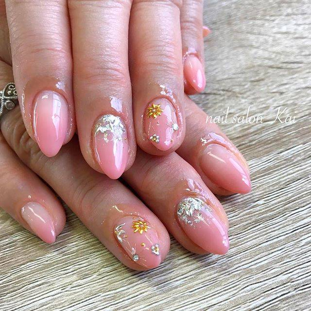 ほんのり明るいピンクのグラデーションが指先の血色をよく...