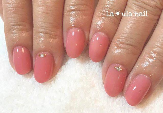 ほんのり深めのピンク色がぷるんとした印象のワンカラーネ...