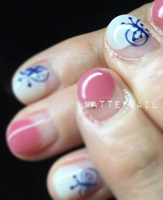 ピンクとホワイトの丸フレンチに藍色の和風バタフライがオ...
