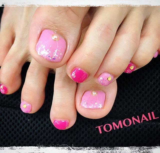 2色のピンクを交互に塗ったキュートなフットネイル♡気持...